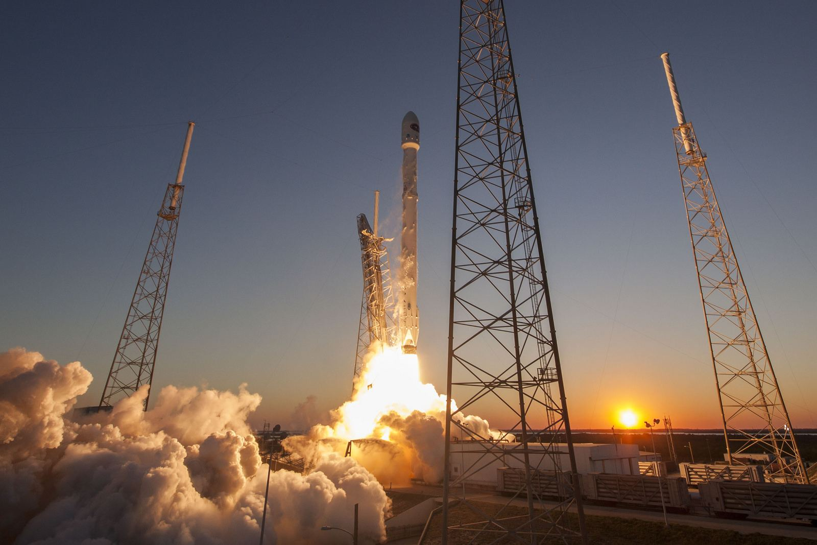 spacex Falcon 9 lifted off from SpaceX Launch Complex