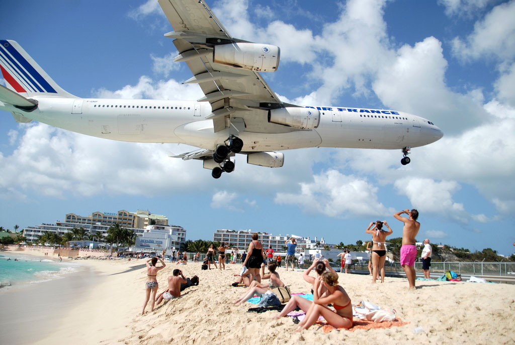 maho beach st maarten2 Planes Landing over Maho Bay Beach