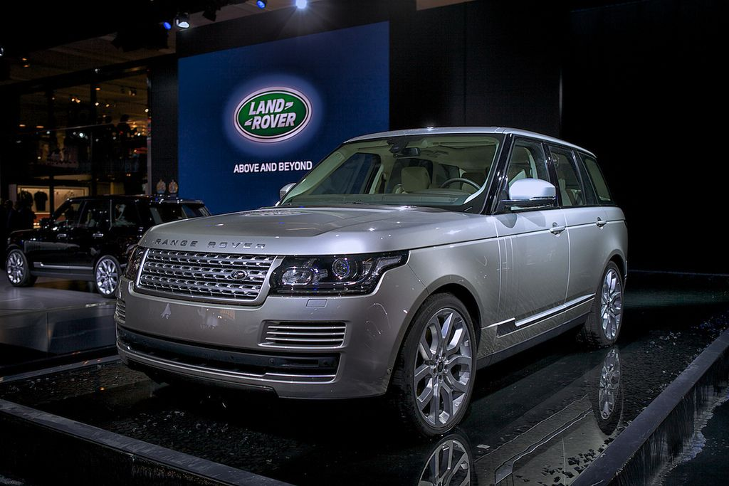 new rangerover5 New Range Rover Revealed at Paris Motor Show