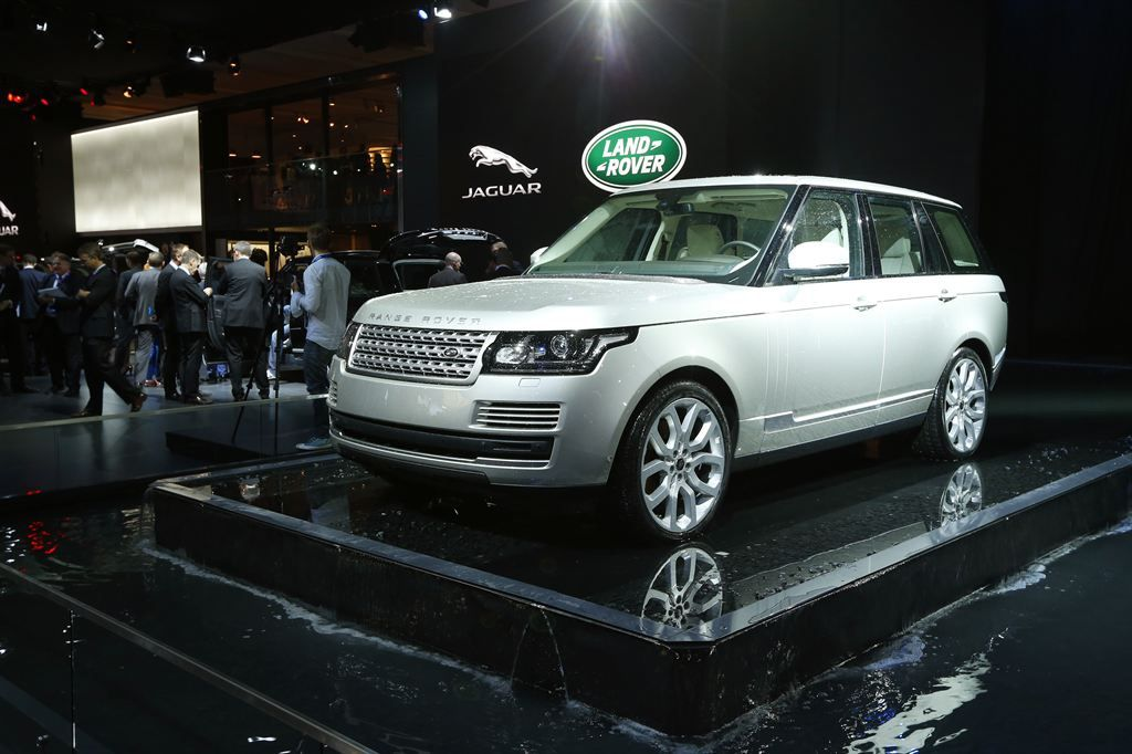 new rangerover6 New Range Rover Revealed at Paris Motor Show