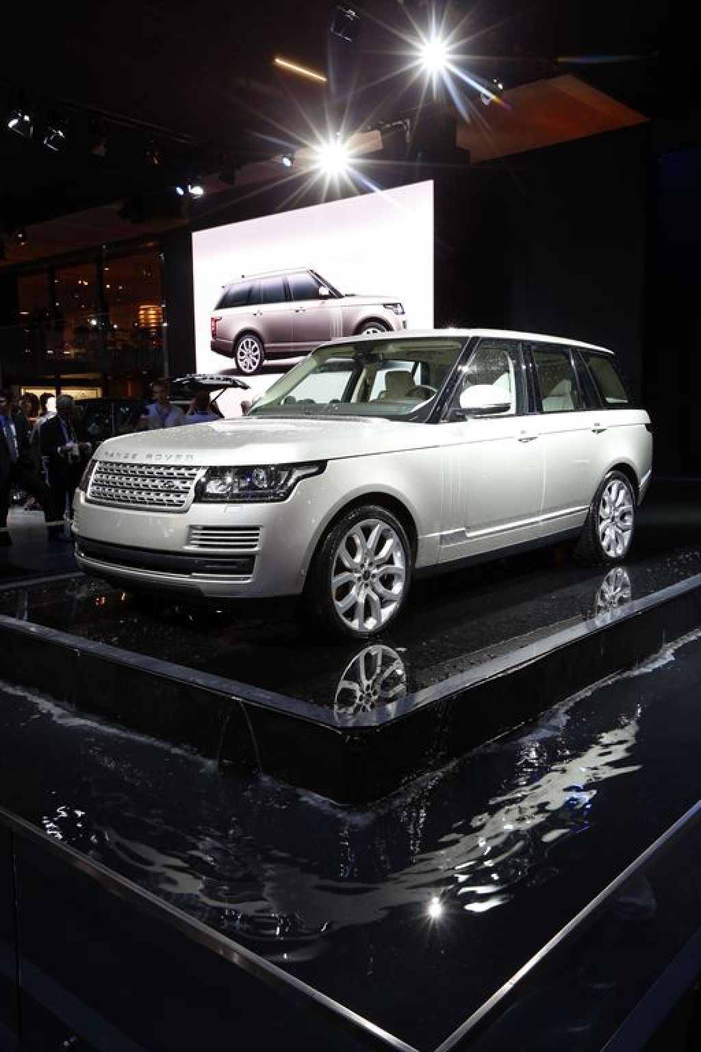 new rangerover7 New Range Rover Revealed at Paris Motor Show