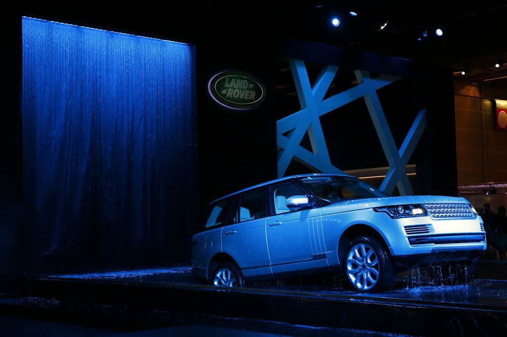 new rangerover9 New Range Rover Revealed at Paris Motor Show