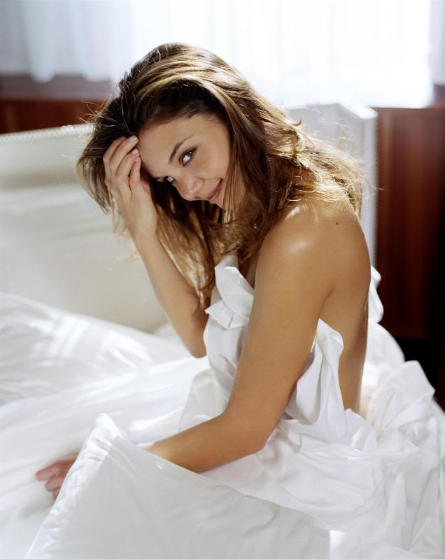 katie holmes in bed2 Sweet Katie Holmes in the Bed