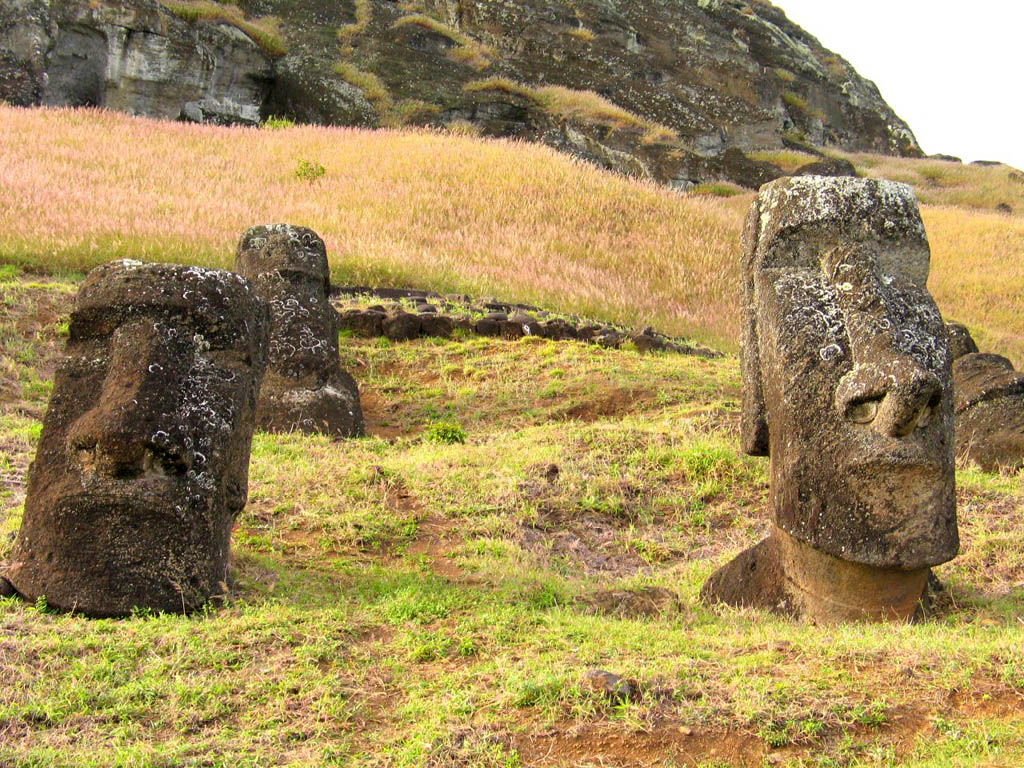 rapa nui4 Gigantic Moai Statues and Heads in Polynesian Easter Island