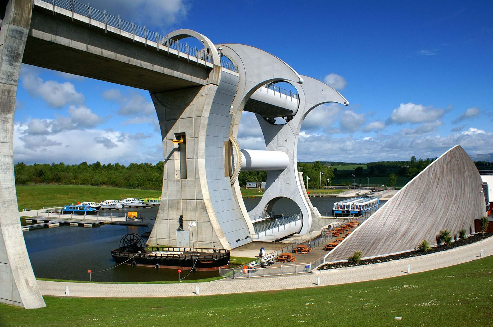 falkirk wheel3 The Falkirk Wheel   Rotating Boat Lift in Scotland