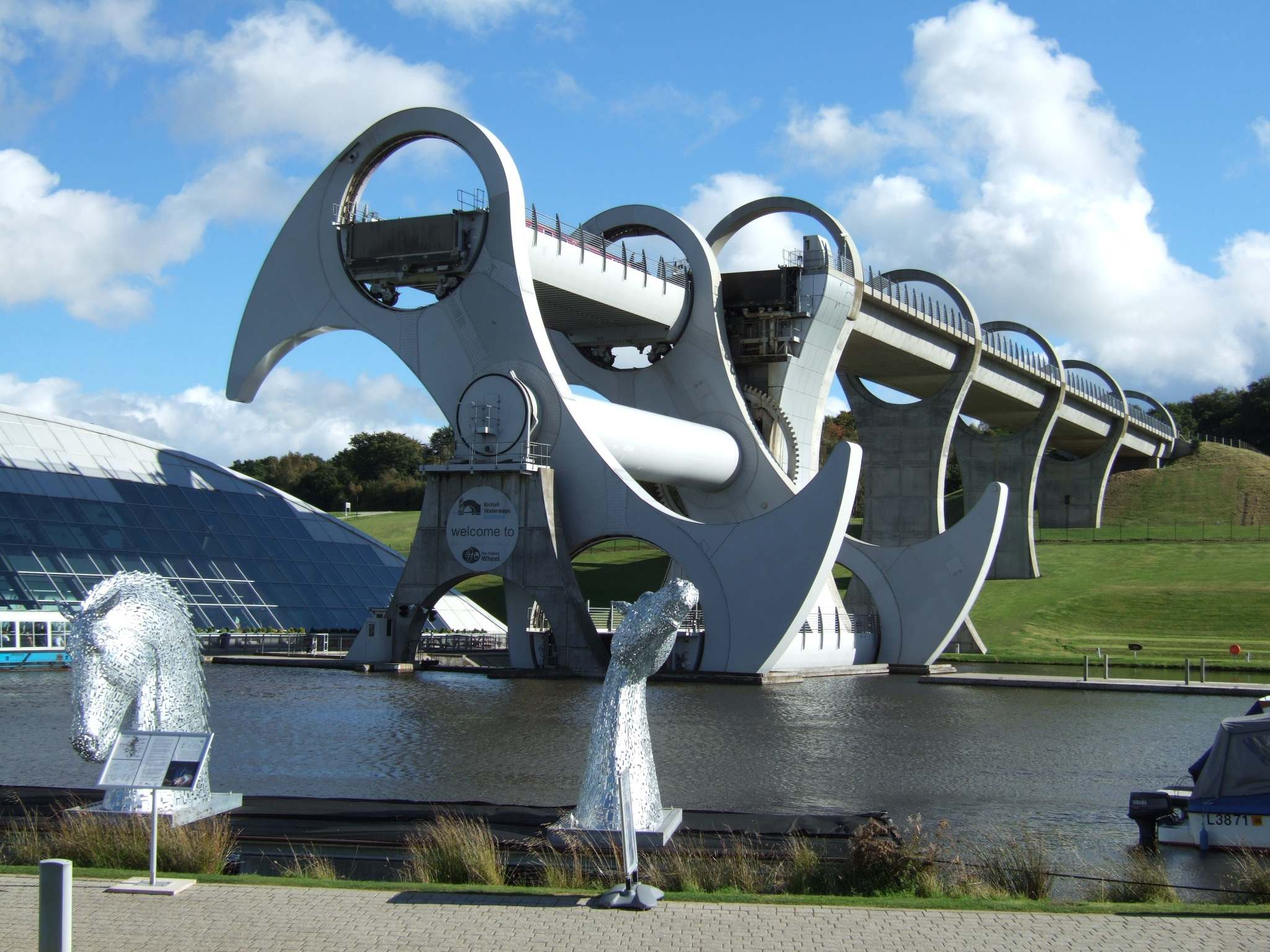 falkirk wheel4 The Falkirk Wheel   Rotating Boat Lift in Scotland