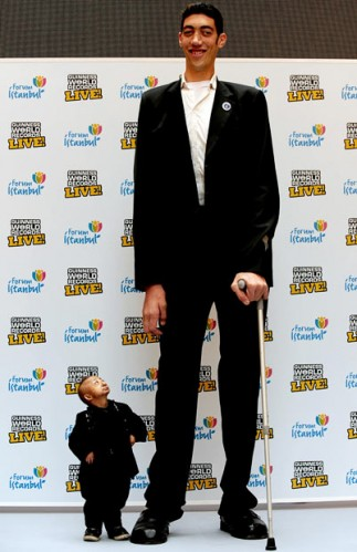 tallest and shorte 1559059i 323x499 The worlds tallest man and the worlds shortest man
