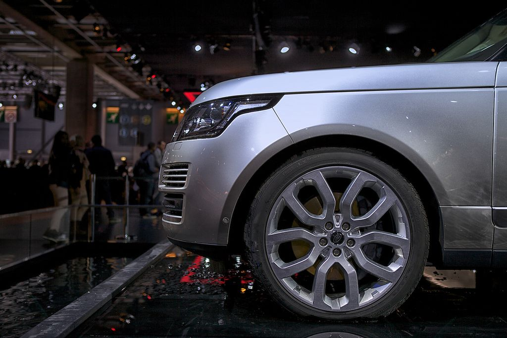 new rangerover2 New Range Rover Revealed at Paris Motor Show