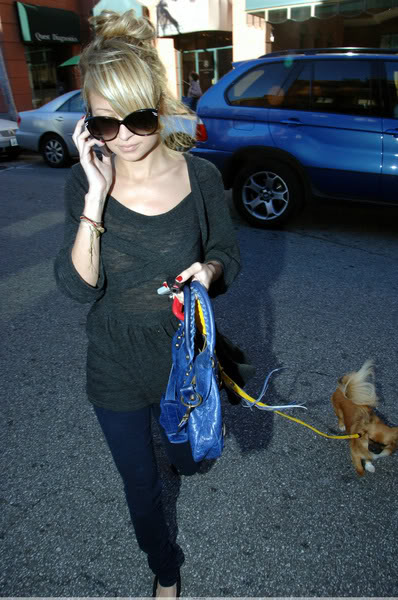 celebrity dog1 Female Celebrities and Their Dogs