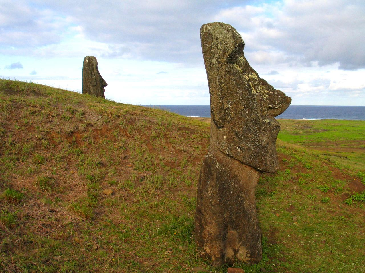 rapa nui6 Gigantic Moai Statues and Heads in Polynesian Easter Island