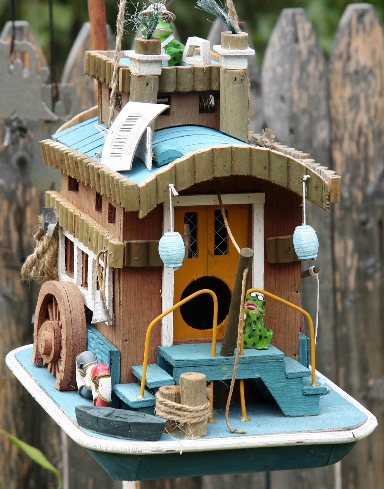 bird house1 Smarten Up Your Garden with Stylish Bird House