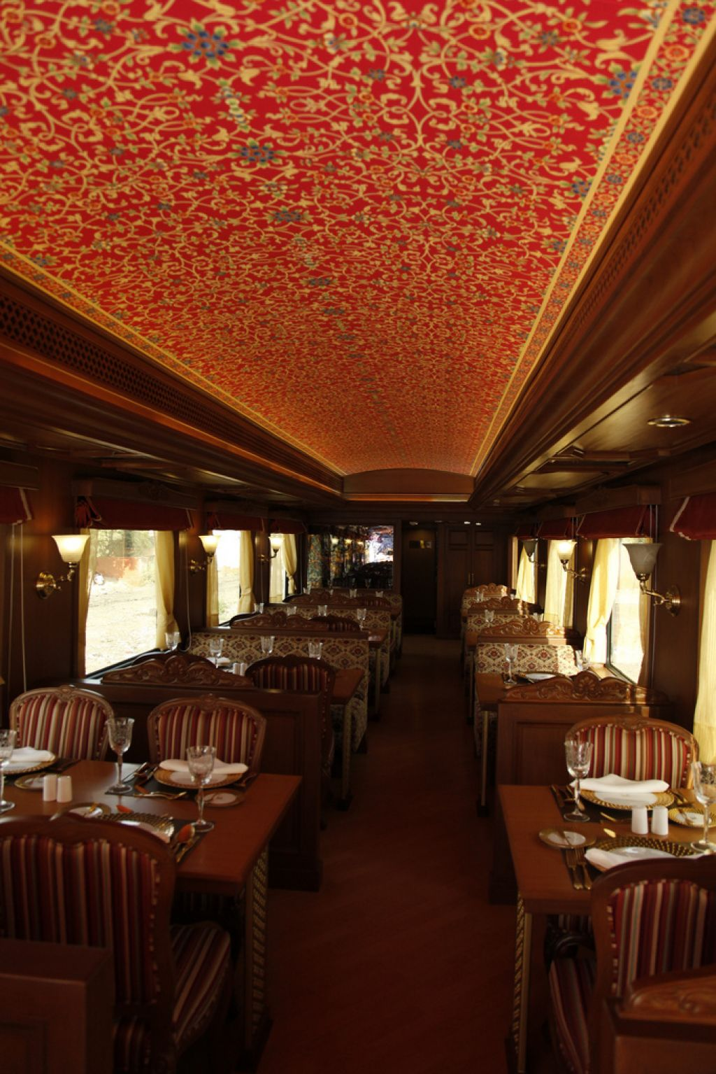 maharaja express2 Maharajas Express   One of the Most Luxurious Trains in World