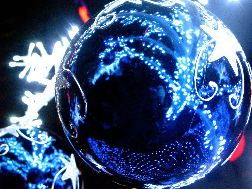 christmas balls16 Christmas Balls Decorate Christmas Tree